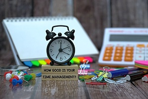 a clock representing how time management plays a role in strong leadership development