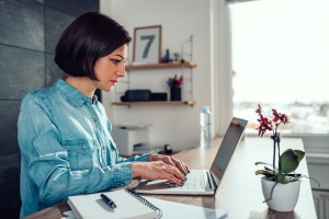women working and looking at hr best practices